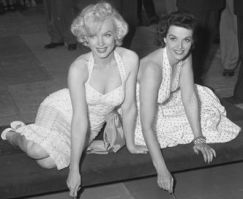 Marilyn_Monroe_and_Jane_Russell_at_Chinese_Theater_2-thumb-350x286-34401